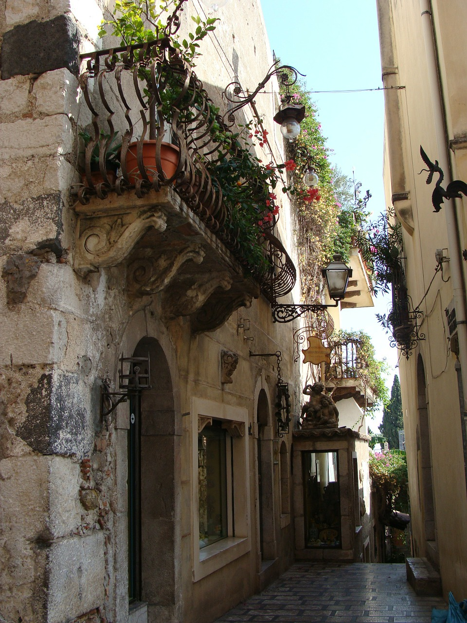 Taormina restaurants street