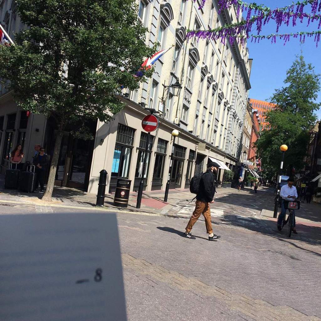A London street. Image of traveling in Europe through books