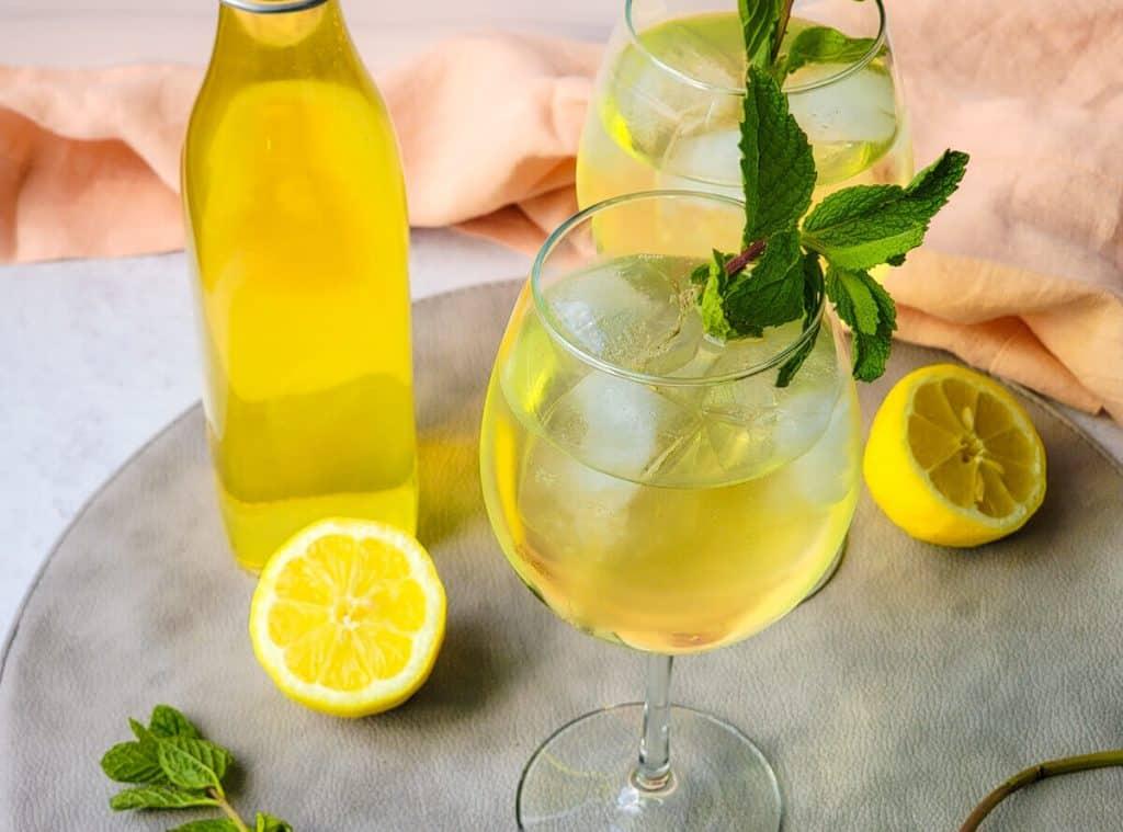 Limoncello spritz in glasses